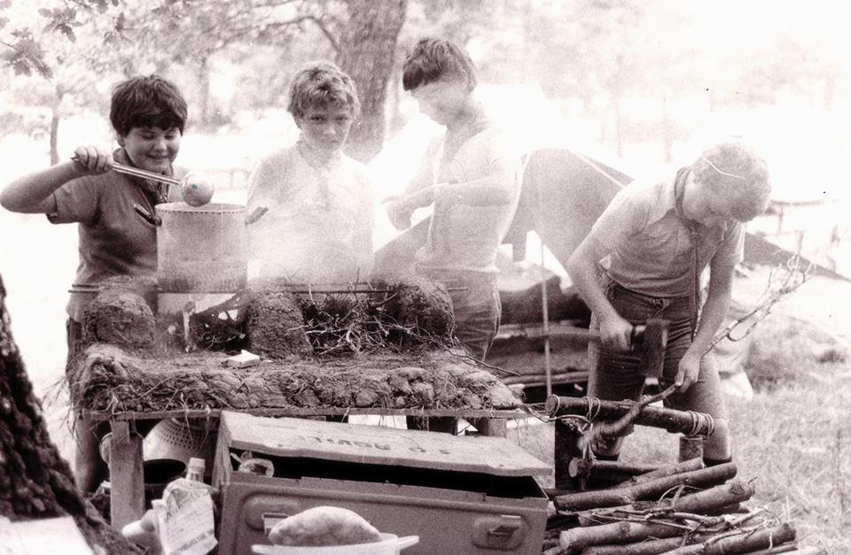 gara di cucina da campo tra scout e chef